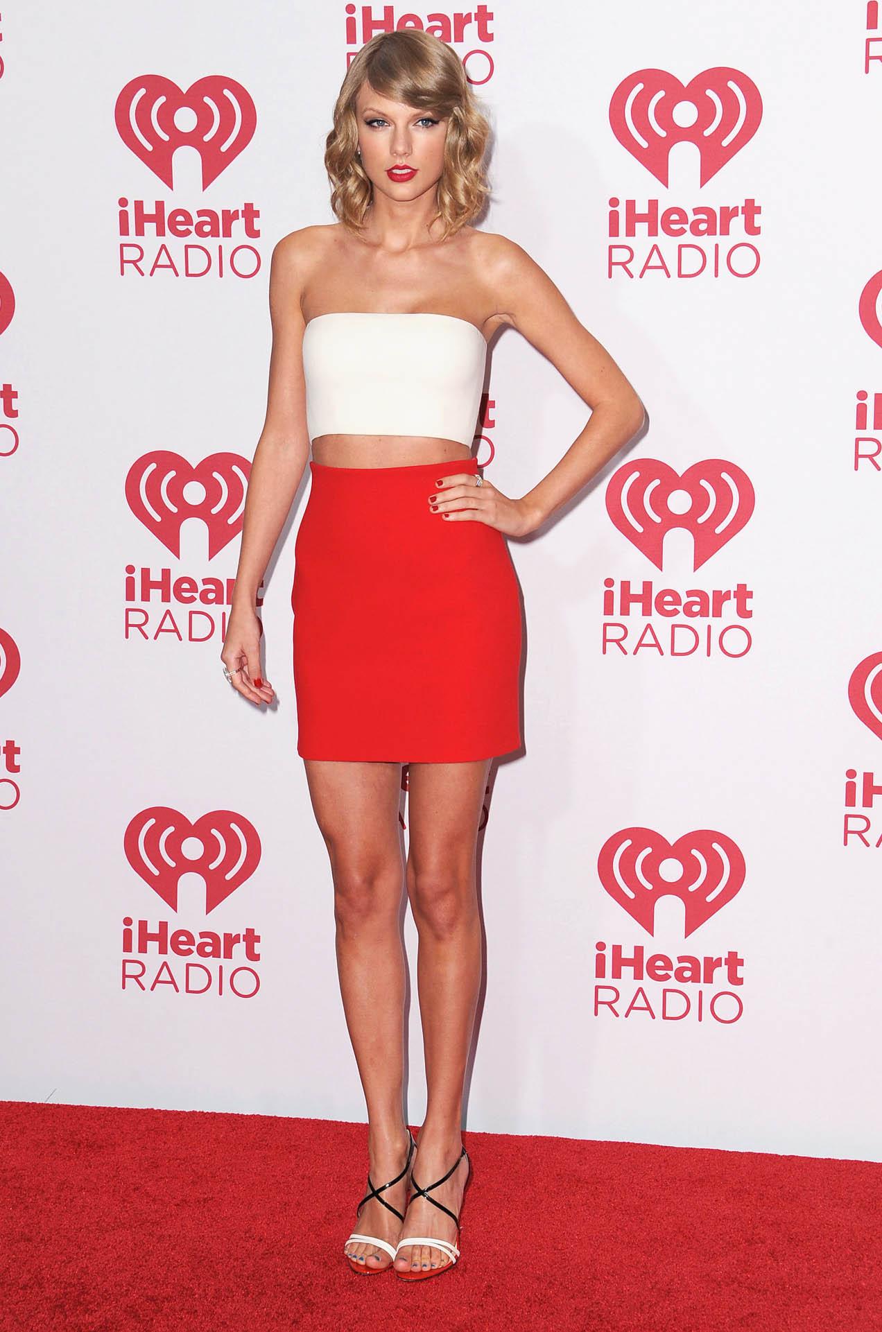 Güzel şarkıcı Taylor Swift katıldığı ödül törenine sexy kıyafetiyle damga vurdu. En güzel yabancı ünlü kadınların HD fotoları bu sitede, Cesur pozları yürek hoplattı.