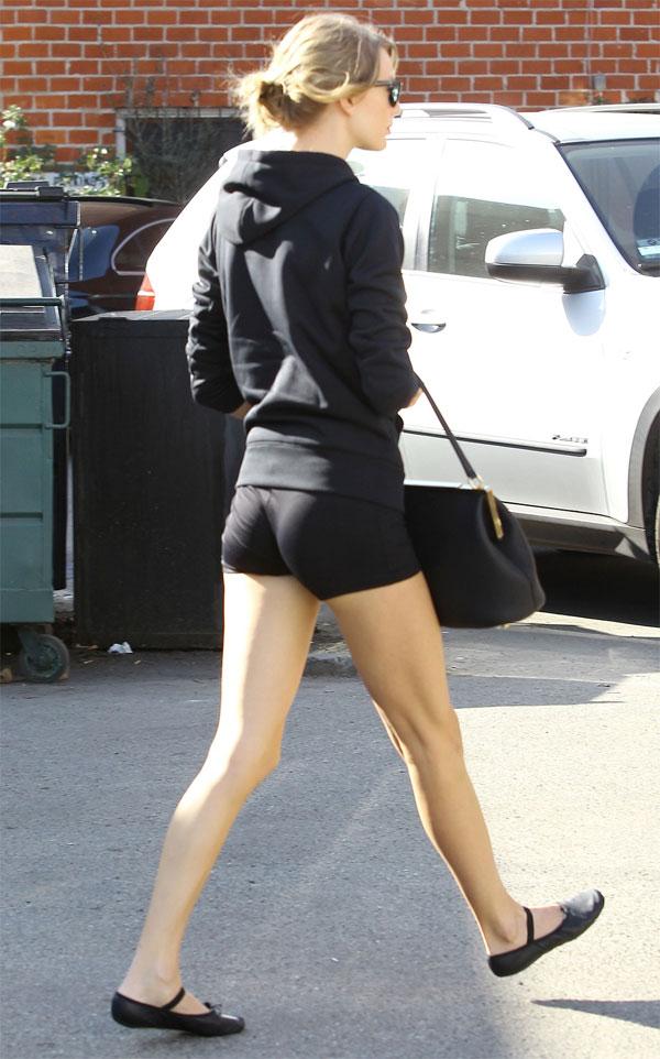 Güzel şarkıcı Taylor Swift sexy günlük giyimleriyle yürek hoplatıyor. En seksi yabancı ünlü kadınlar. Sokak modası. Cesur giyinen kadınlar, Erotik pozları olay yaratacak.