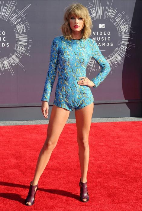 Güzel şarkıcı Taylor Swift katıldığı ödül töreninde giydiği aşırı sexy elbisesi ile yürek hoplattı. En seksi yabancı ünlü kadınların HD fotoları bu sitede tıklayın.