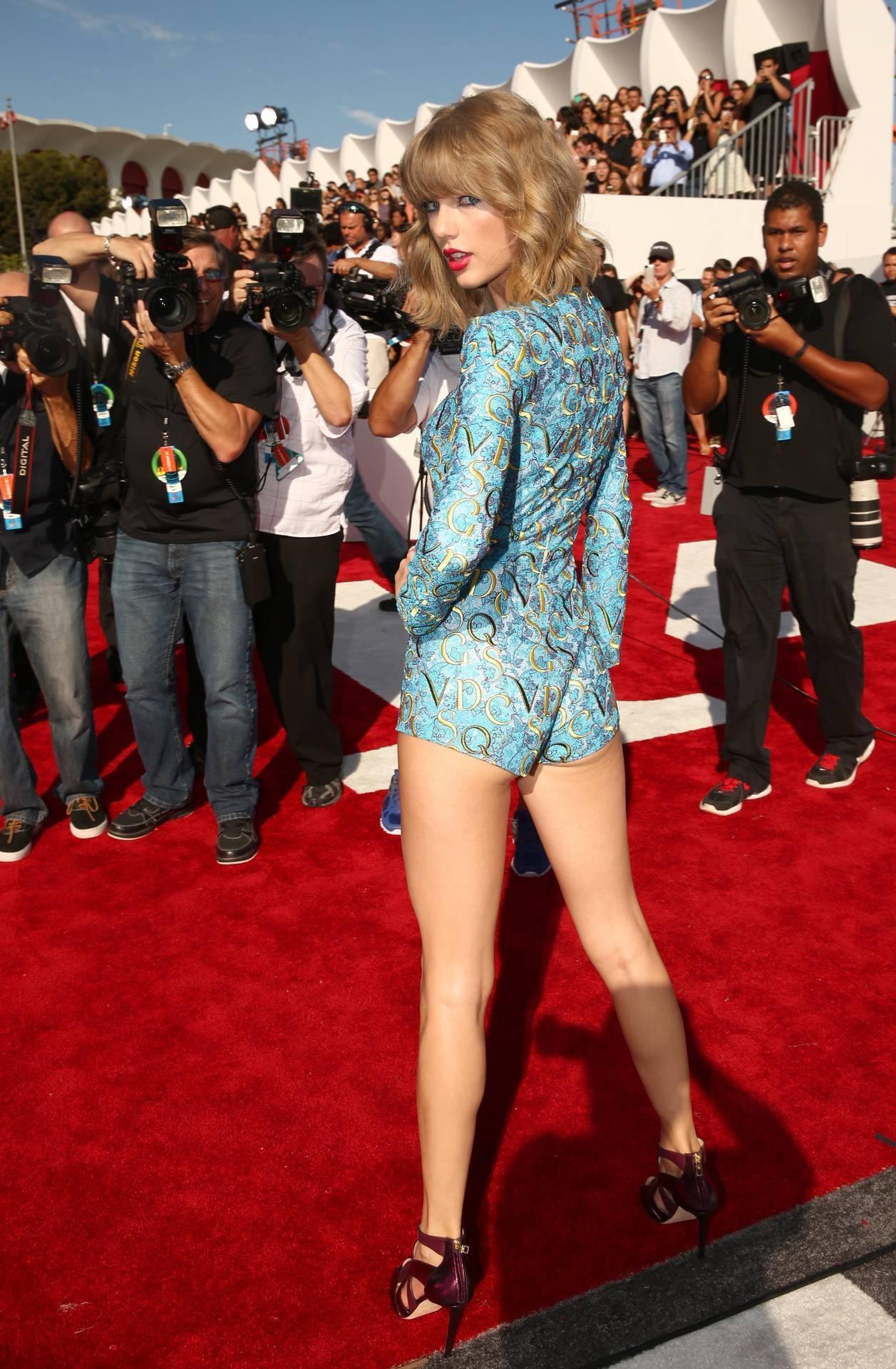 Güzel şarkıcı Taylor Swift sexy kıyafeti ile kalçasını ön plana çıkaran çok cesur pozlar verdi. En seksi yabancı ünlü kadınların HD fotoları bu sitede tıklayın.