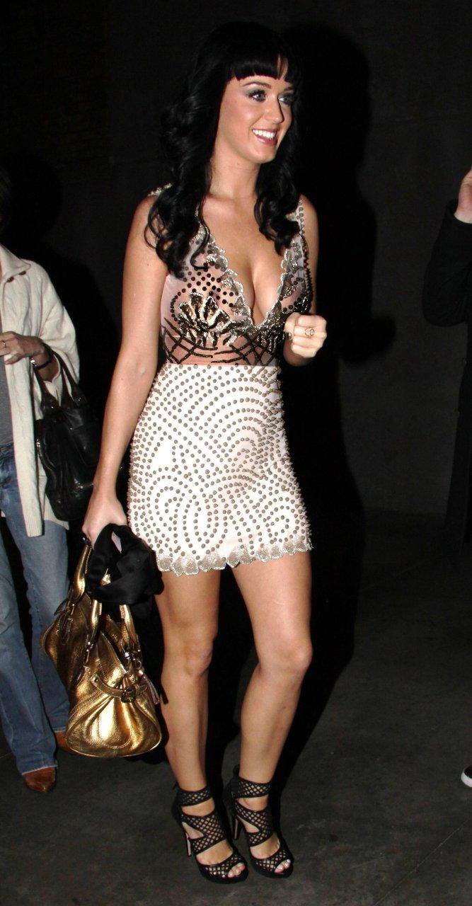 Güzel şarkıcı Katy Perry derin göğüs dekolteli ve mini etekli sexy giyimiyle büyüledi. En seksi yabancı ünlü kadınların HD instagram paylaşımları için tıklayın.