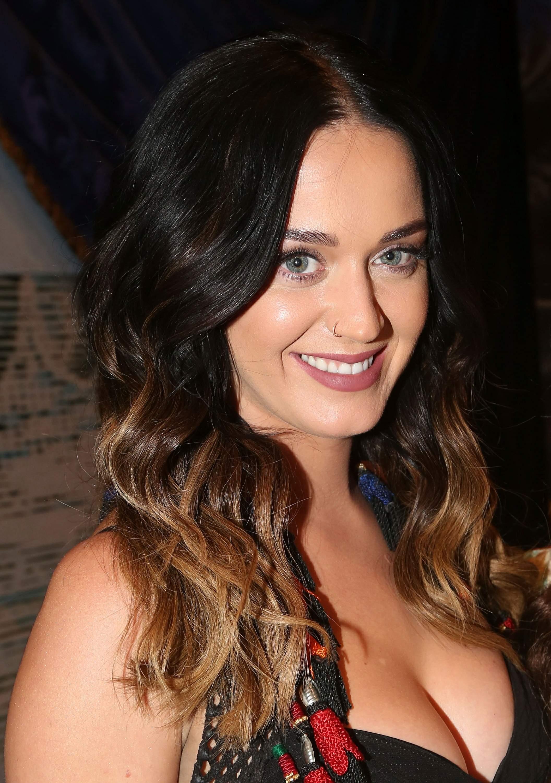 Güzel şarkıcı Katy Perry derin göğüs dekolteli seksi kıyafetleri giymeyi çok seviyorum. En cesur giyinen yabancı ünlü kadınların sexy kıyafet tercihleri için tıklayın.