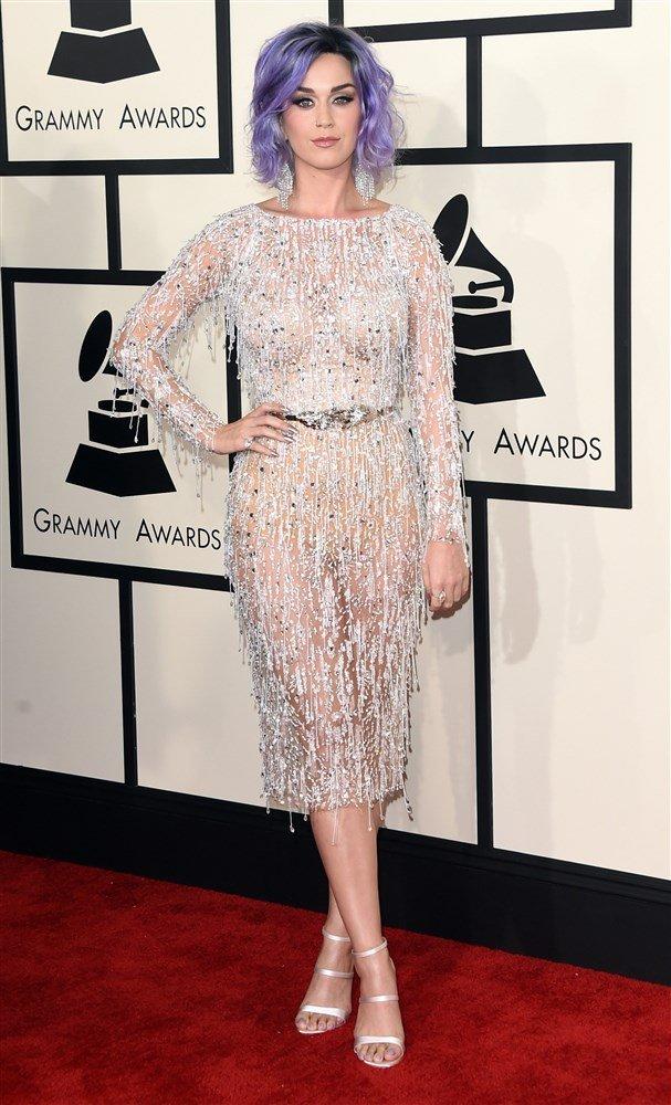 Güzel şarkıcı Katy Perry sütyensiz giydiği sexy transparan elbisesi ile resmen ödül törenine çıplak katıldı. En seksi giyinen yabancı ünlü kadınların resimleri.