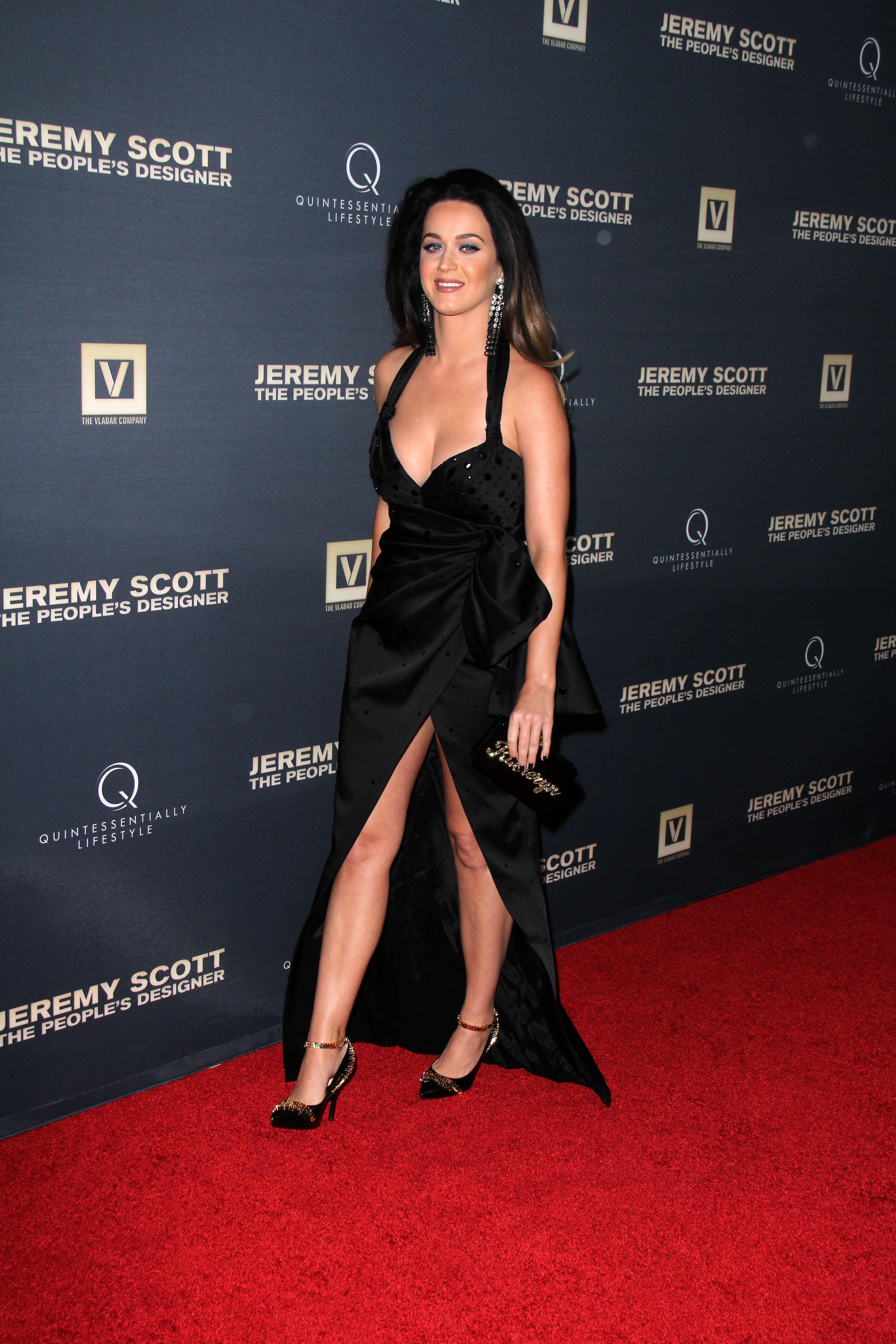 Güzel şarkıcı Katy Perry derin göğüs dekolteli ve yırtmaçlı sexy siyah elbisesi ile katıldığı ödül törenine damga vurdu. En seksi ünlü kadınların resimleri