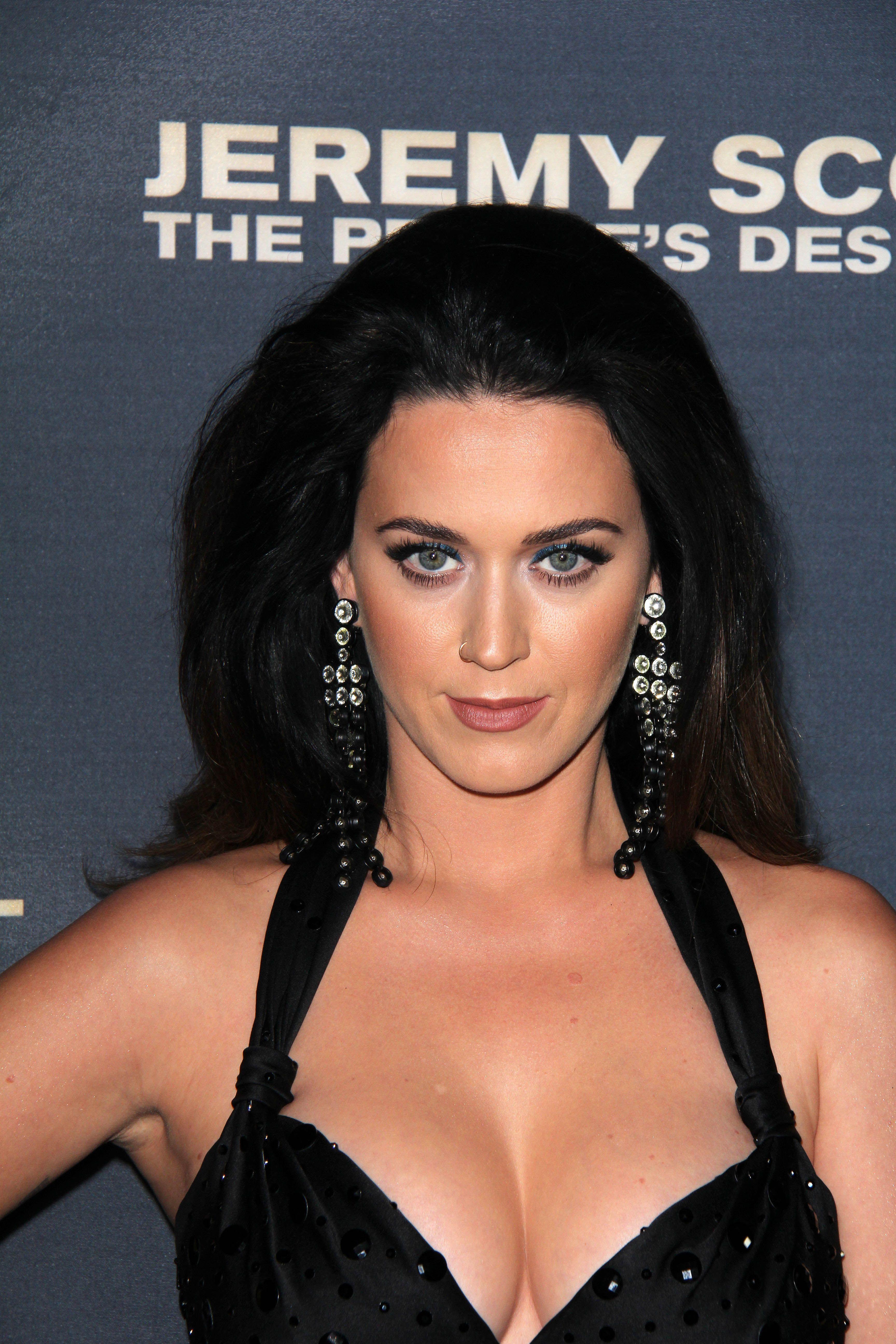 Güzel şarkıcı Katy Perry derin göğüs dekolteli sexy siyah elbisesi ile yürek hoplatan pozlar verdi. Dünyanın en seksi yabancı ünlü kadınlarının resimleri için tıklayın