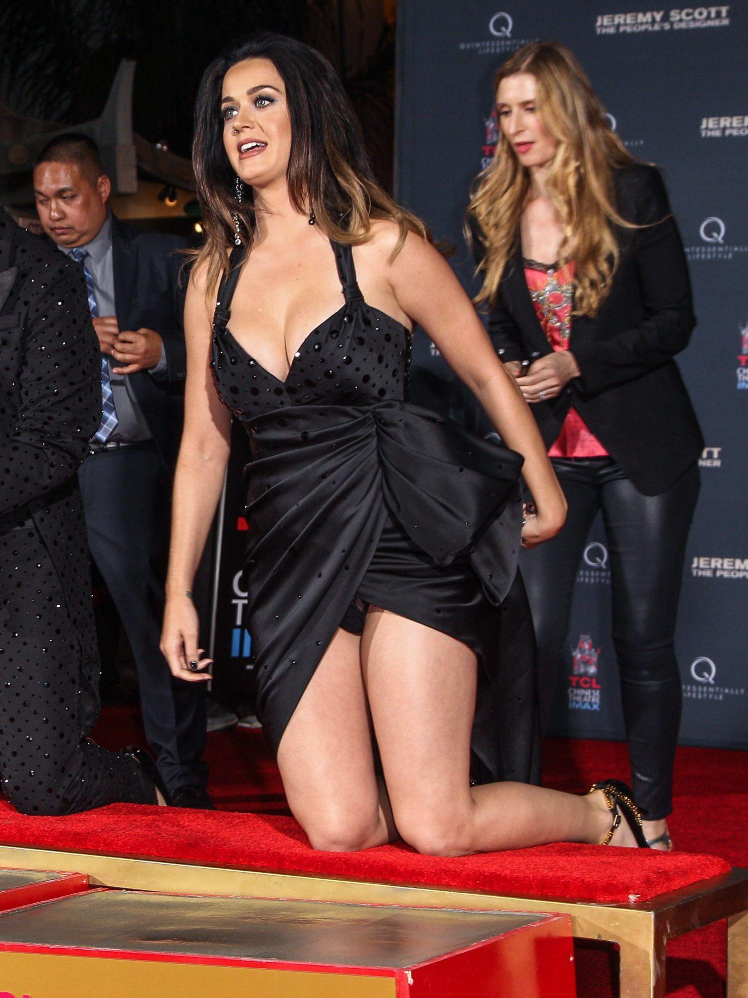 Güzel Şarkıcı Katy Perry derin göğüs dekolteli sexy siyah elbisesi ile frikik üstüne frikik verdi. En seksi pozlar veren ünlü kadınların resimleri için tıklayın