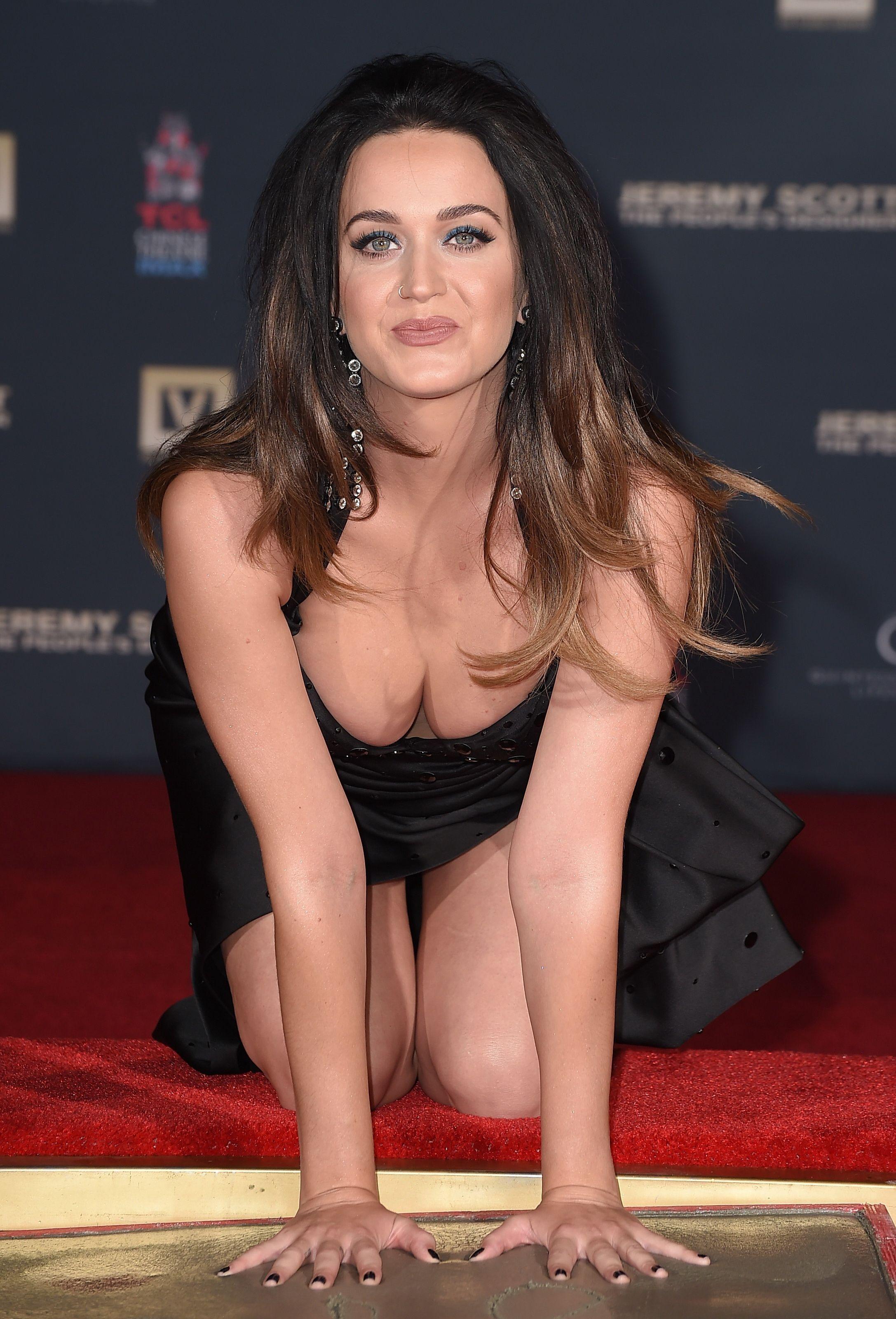 Güzel şarkıcı Katy Perry sexy siyah elbisesi ile göğüslerini öne çıkaran çok cesur pozlar verdi. Dünyanın en seksi ünlü kadınlarının resimleri bu sitede tıklayın