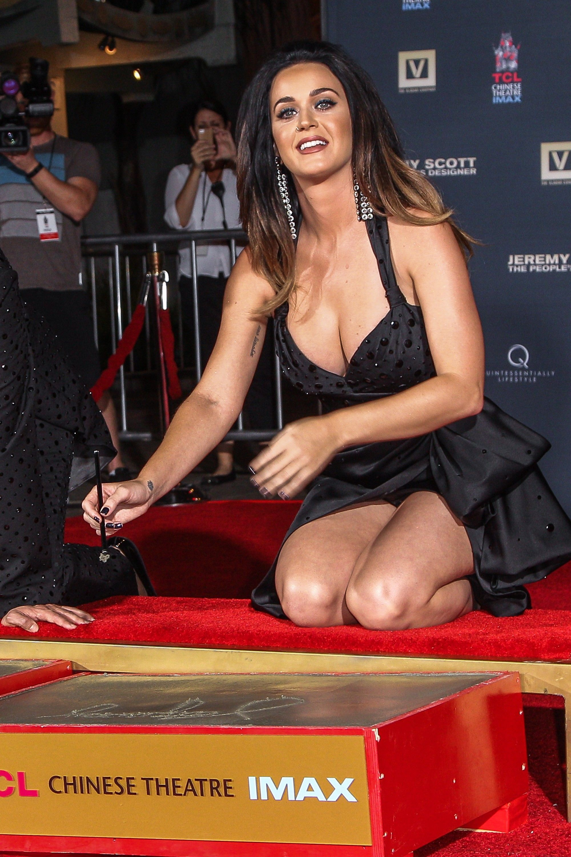 Başarılı ve güzel şarkıcı Katy Perry derin göğüs dekolteli sexy siyah elbisesi ile poz vericem diye frikik üstüne frikik verdi. En güzel HD ünlü kadın resimleri