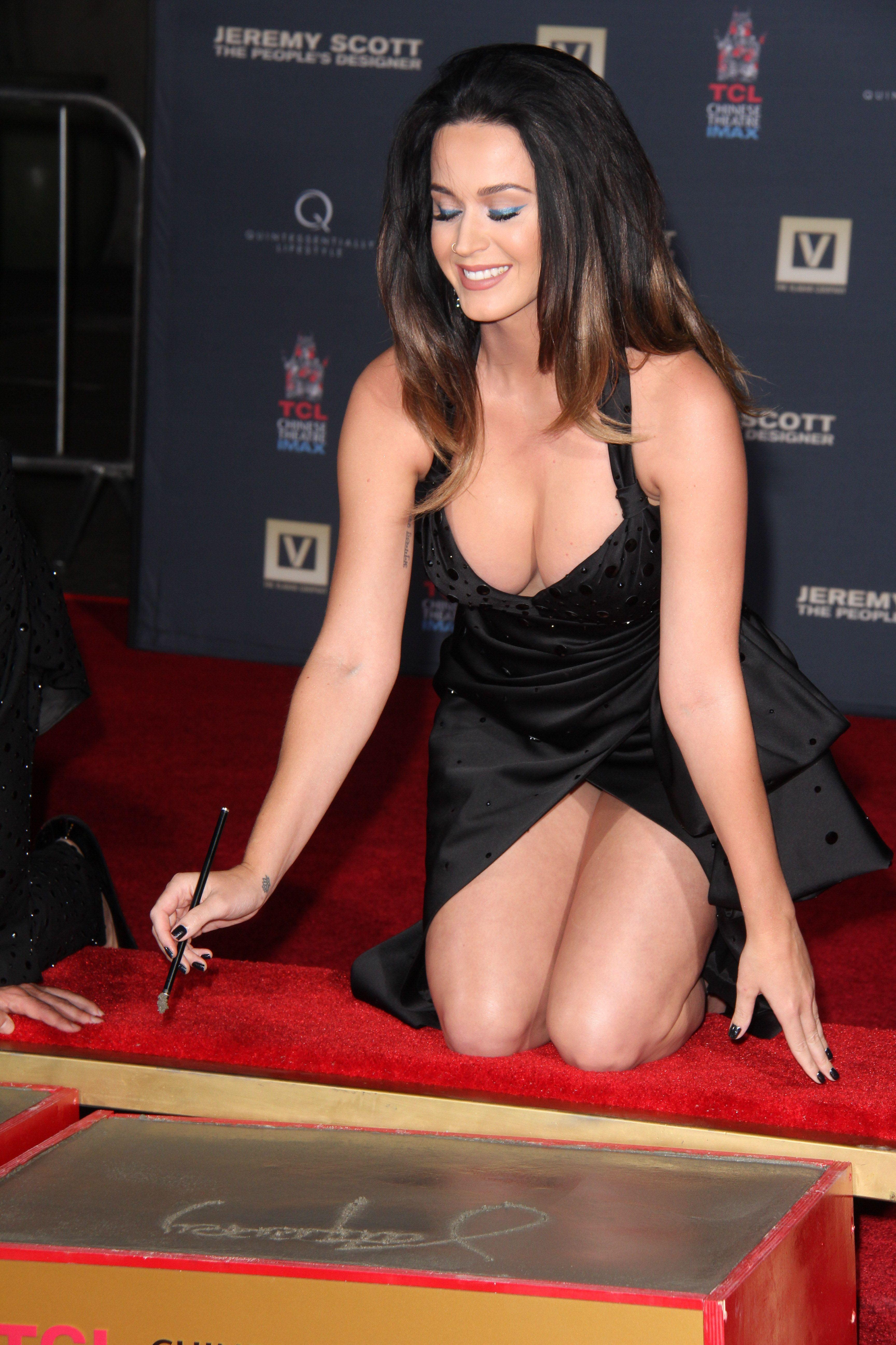 Başarılı ve güzel şarkıcı Katy Perry derin göğüs dekolteli seksi siyah elbisesi ile poz vermek istedi fakat frikik verdiğinden haberi yoktu