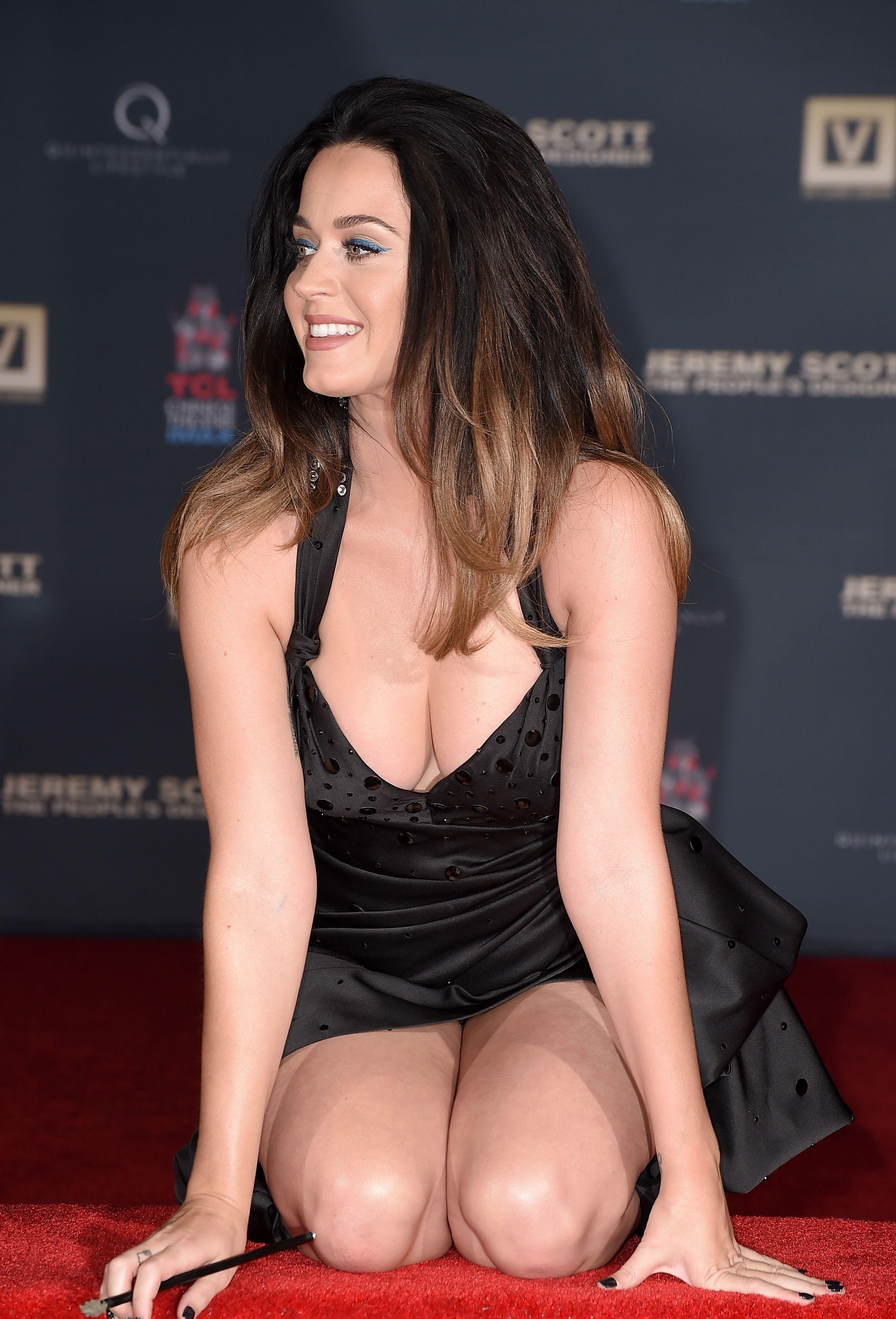 Başarılı ve güzel şarkıcı Katy Perry derin göğüs dekolteli aşırı sexy siyah elbisesi ile yürek hoplattı. En seksi giyinen yabancı ünlü kadınların resimleri