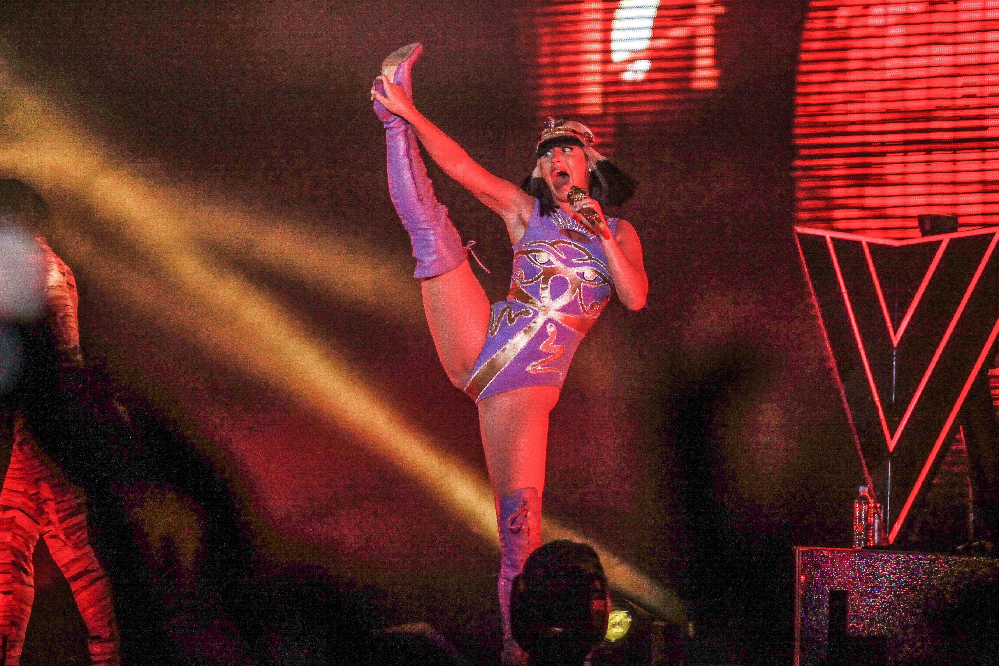Sexy mayosu ile konserinde aşırı erotik pozlar veren Katy Perry hayranlarını resmen büyüledi. En seksi giyinen yabancı ünlü kadınların resimleri için tıklayın