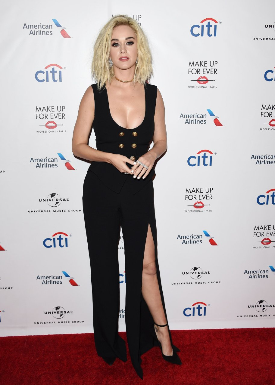 Derin göğüs dekolteli sexy siyah elbisesi ile katıldığı ödül törenine damga vuran Katy Perry tam not aldı. En seksi giyinen yabancı ünlü kadınların resimleri.