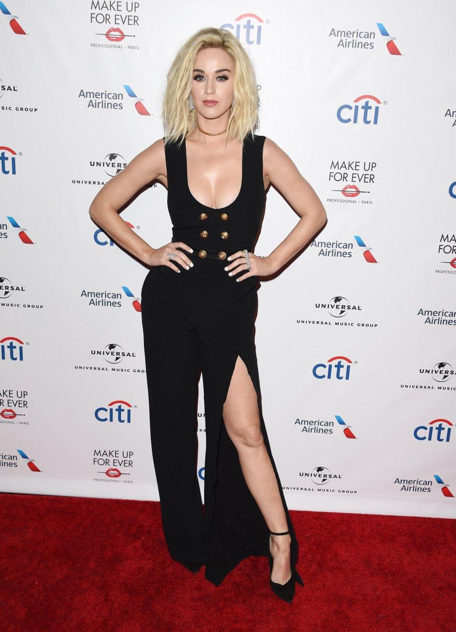 Katy Perry katıldığı geceye derin göğüs dekolteli siyah elbisesi ve güzelliğiyle damga vurdu. En güzel HD ünlü resimleri için sitemizi ziyaret edin.