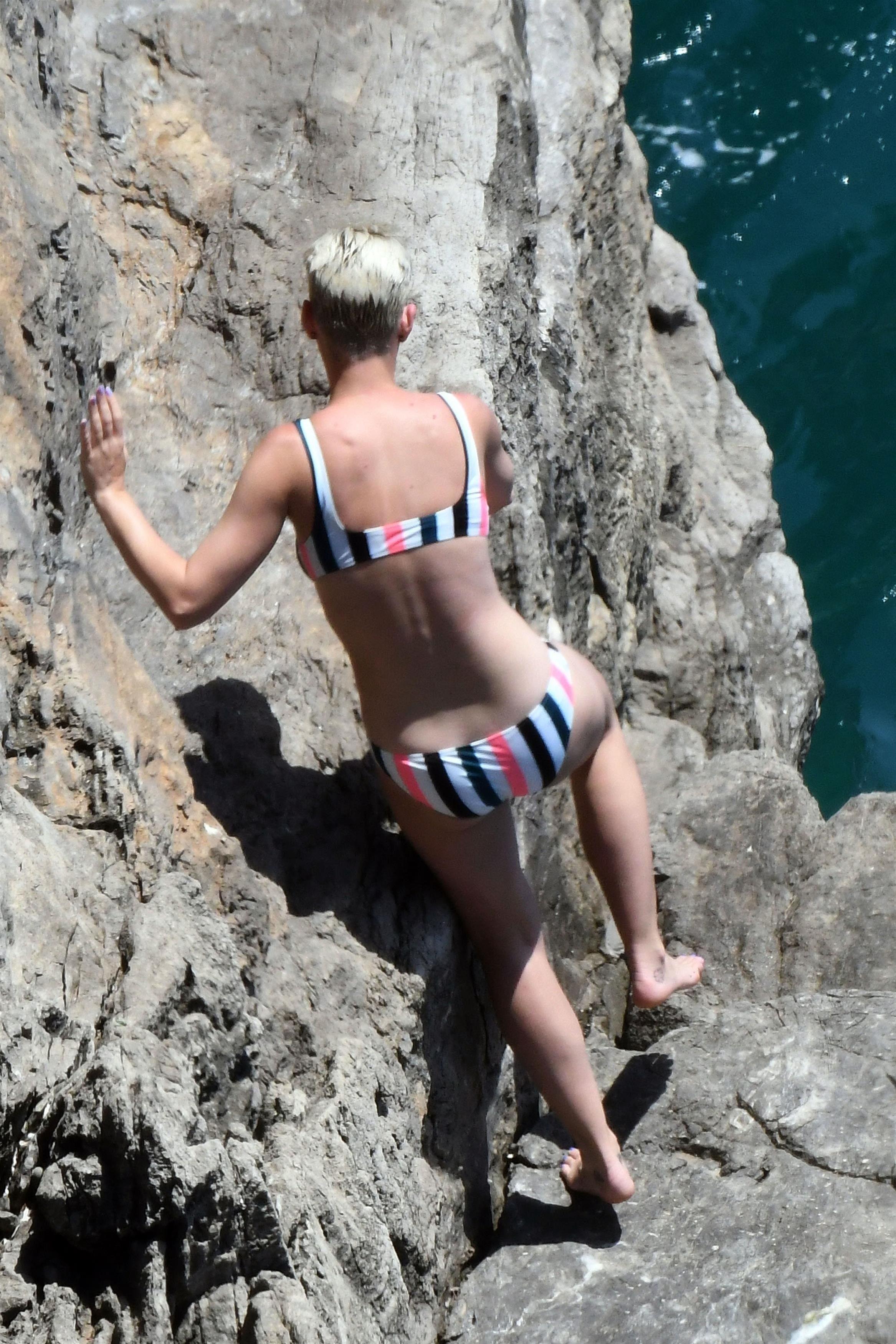 Güzel şarkıcı Katy Perry seksi bikinisi ile kameralar karşısında cesur pozlar verdi. Dünyanın en sexy kadınlarının HD resimleri bu sitede görüntülemek için tıklayın