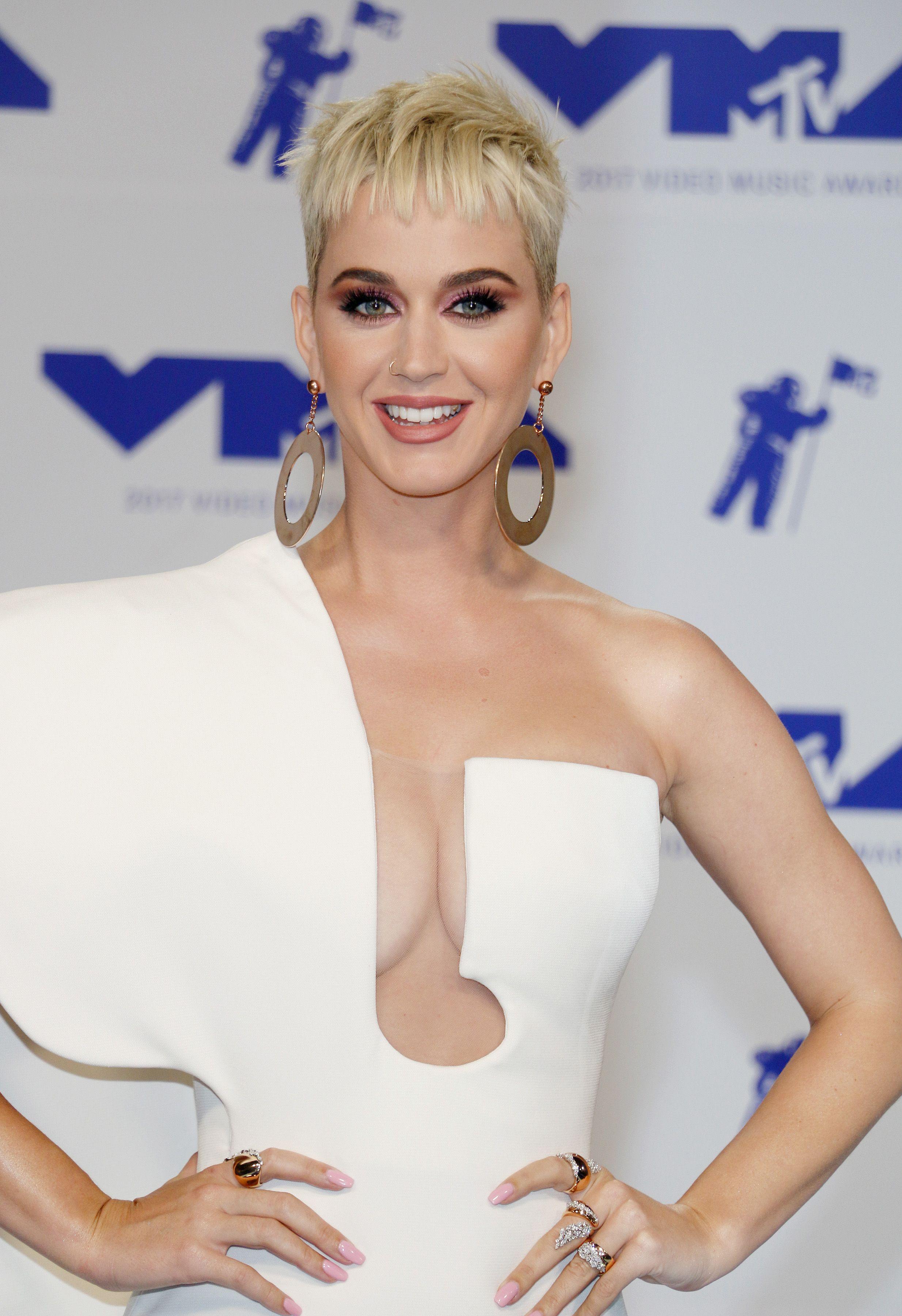 Dünyaca ünlü güzel şarkıcı Katy Perry katıldığı ödül törenine derin göğüs dekolteli seksi beyaz elbisesi ile damga vurdu. En sexy giyinen yabancı ünlü kadınların resimleri
