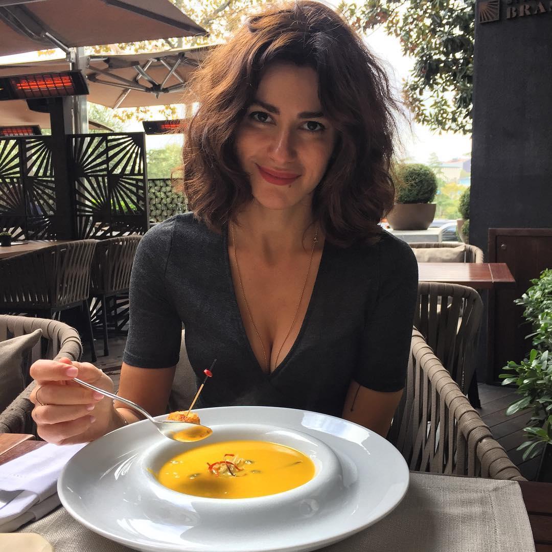 Göğüs dekoltesini fazla kaçıran Nesrin Cavadzade yürek hoplattı. Türkiye'nin en seksi ünlü kadınlarının HD fotoları bu sitede. Göğüs frikik vermekten kurtulamadı.