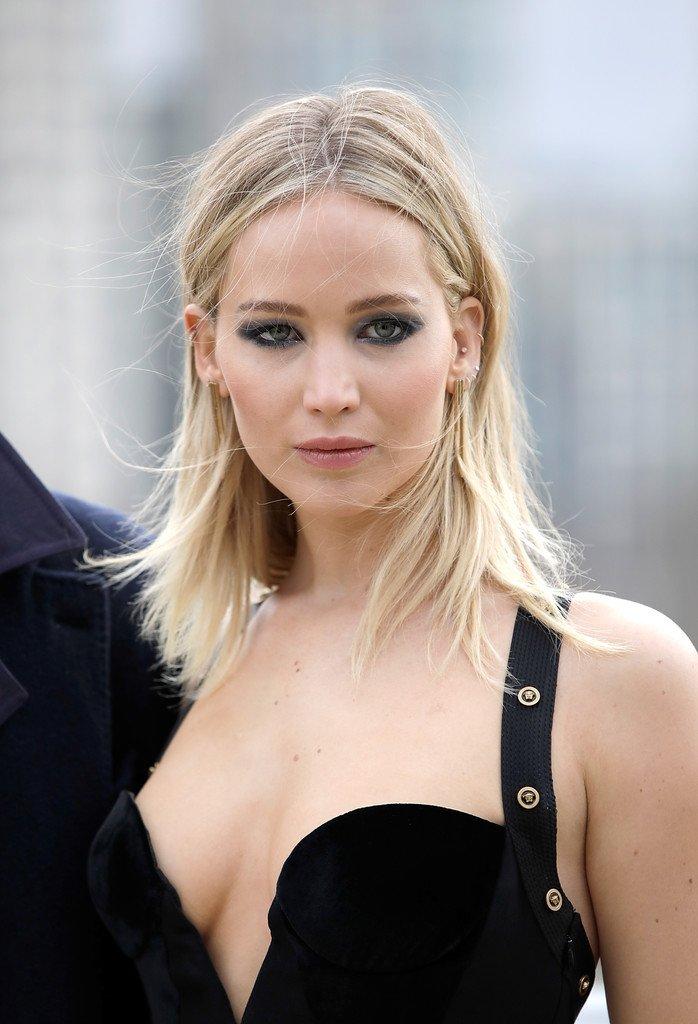 Jennifer Lawrence derin göğüs dekolteli sexy siyah elbisesi ile poz verdi.
