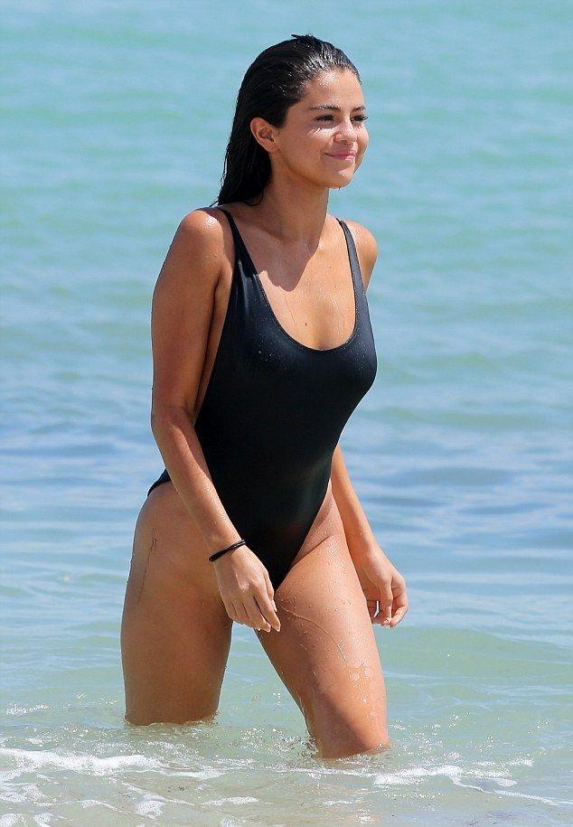 Başarılı şarkıcı Selena Gomez sexy siyah mayosu ve kusursuz güzelliğiyle plajdaki tüm erkekleri büyülemeyi başardı. Dünyanın en seksi ünlü kadınlarının fotoları.